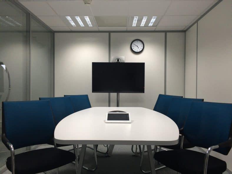 horloge en salle de réunion