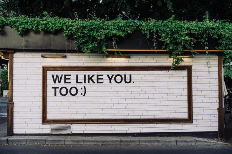 publicité sur un mur dans la rue
